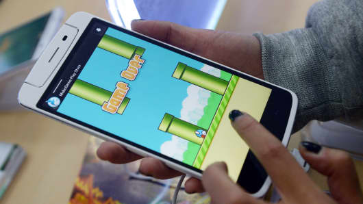 Person plays FlappyBird on a smart phone