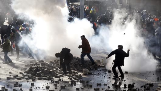 Anti-government protesters clash with police in Kiev on February 18, 2014.