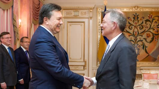 Ukraine's President Viktor Yanukovych, left, greets United Nations Special Coordinator Robert Serry prior their talks in Kiev, Jan. 29, 2014.