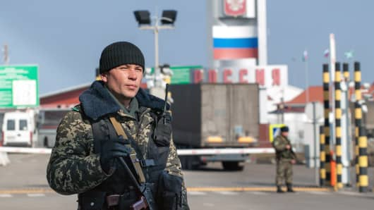 An Ukrainian border guard stands at the international Goptovka border check-point 'Goptovka' in the Kharkiv region on March 6, 2014.