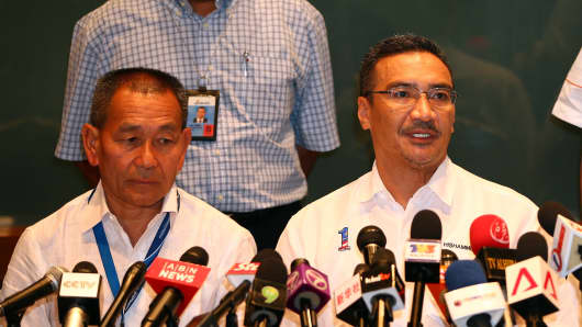 Malaysia Minister of Transport Hishamuddin Hussein (right), with MAS Group CEO Ahmad Jauhari Yahya, briefs the media about the missing Malaysia Airlines flight MH370.