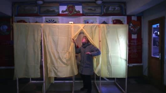 Volunteers prepare a polling station in Simferopol