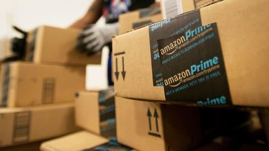 Амазон дава до 5000 долара на работниците си за да напуснат