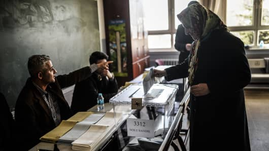 A Turkish woman casts her vote in Istanbul on March 23, 2014