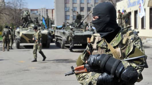 Armed men stand guard outside the state building seized by separatists in Slavyansk, Ukraine on April 16