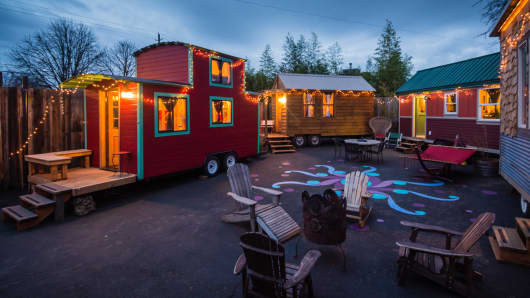 A hotel hooks up to the tiny houses trend campfire included