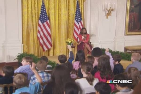 Young girl gives dad's resume to first lady