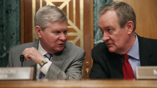 enate Banking, Housing and Urban Affairs Committee Chairman Sen. Tim Johnson (D-SD) (L) with ranking member Sen. Mike Crapo (R-ID).