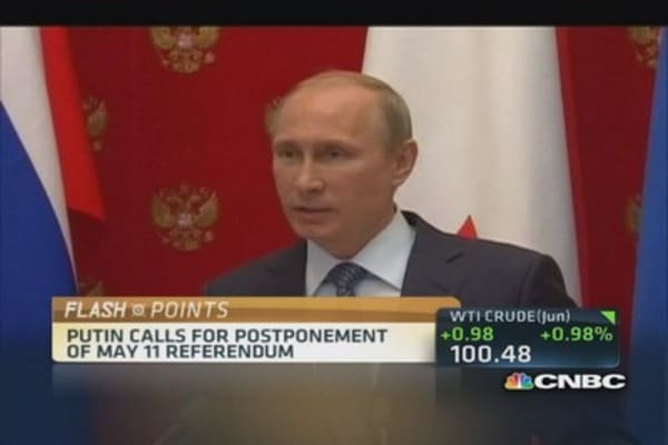 Putin urges to postpone May 11 referendum