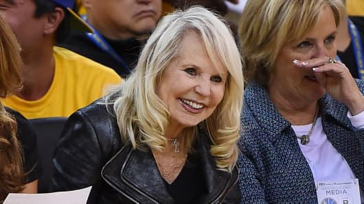 Shelly Sterling (C), wife of Donald Sterling owner of the Los Angeles Clippers, watches the Clippers against the Golden State Warriors  during the 2014 NBA Playoffs at ORACLE Arena, April 27, 2014 in Oakland.