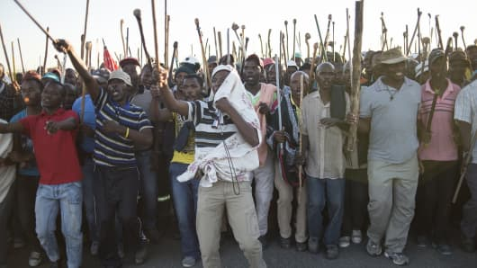 Striking miners demonstrate in Marikana, 40 kms away from Rustenburg, in the South African platinum belt on May 13, 2014.