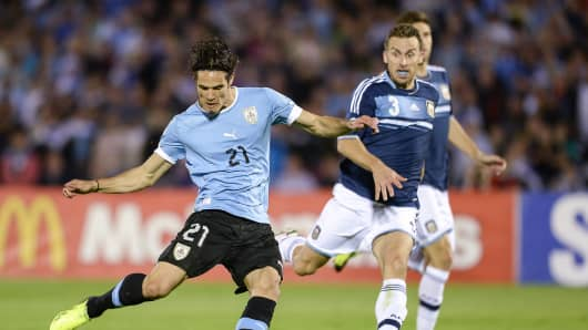 Edinson Cavani (L) of Uruguay vies for the ball with Hugo Campagnaro of Argentina during a match between Uruguay and Argentina as part of the 18th round of the South American Qualifiers for the FIFA's World Cup Brazil 2014.