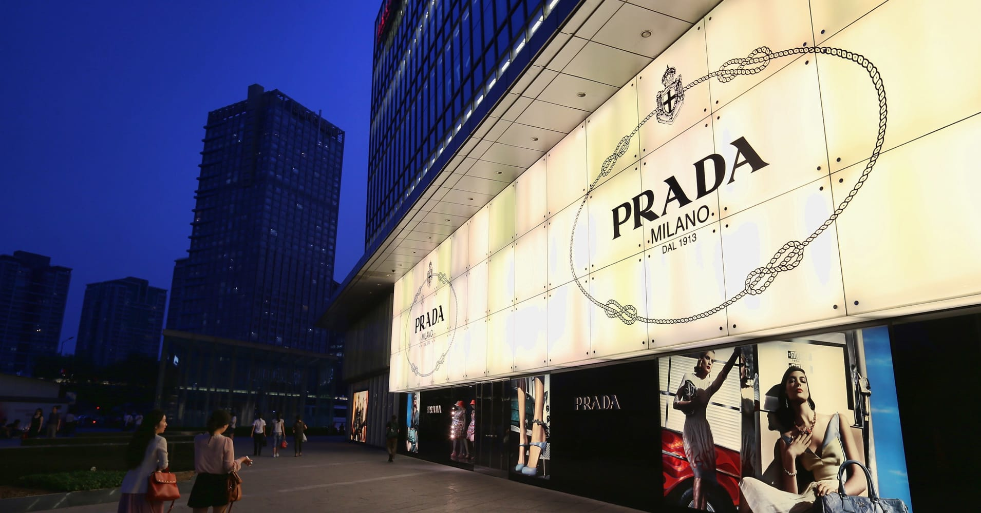 prada marketing The prada group believes that it is part of its corporate social responsibility to be involved in issues such as respect for people, environment, communities and artistic heritage.