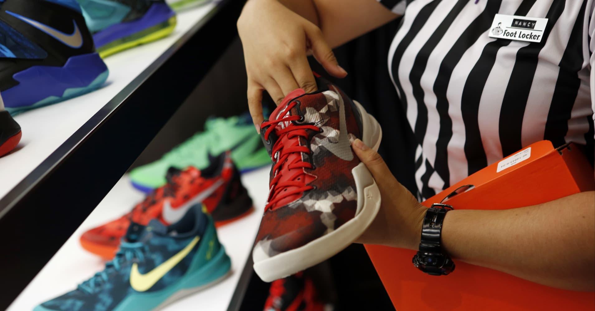 Foot Locker blames poor earnings on late tax-refund checks