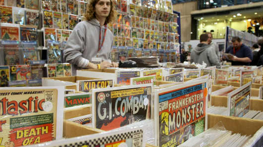 Fans peruse the vast 	array of comic books during the 2009 New York Comic Con, Feb. 7, 2009, in New York.