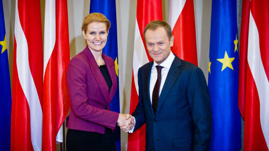 Helle Thorning-Schmidt (L) and Donald Tusk