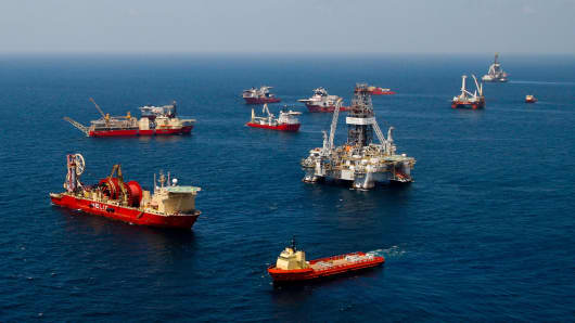Vessels gather near Transocean Ltd.'s Development Driller III, right, at the BP Plc Macondo well site in the Gulf of Mexico off the coast of Louisiana, U.S., on Thursday, July 29, 2010.