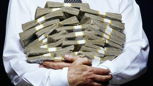 http://fm.cnbc.com/applications/cnbc.com/resources/img/editorial/2014/09/22/102021829-arms-full-of-money.530x298.jpg?v=1411400139