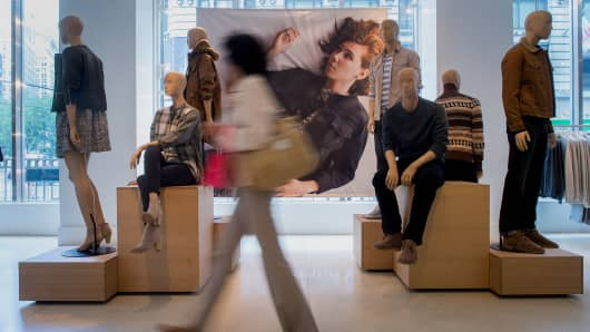 retail sales, consumer sentiment, shoppers, The Gap, Mannequins at Gap, manikin at Gap