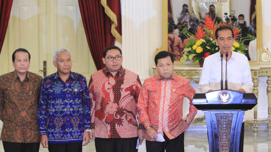 Indonesian President Joko Widodo presents members of his cabinet at the presidential palace in Jakarta on October 26, 2014.