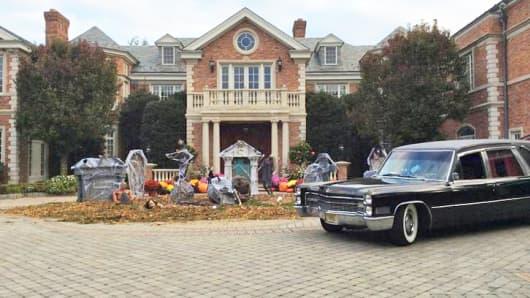 """A """"Walking Dead""""-themed mansion in Alpine, N.J."""