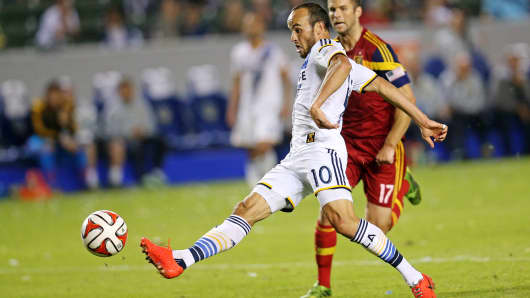 Los Angeles Galaxy's Landon Donovan (10) shoots to score in the second half of a match against Real Salt Lake in Los Angeles, Nov. 9, 2014.