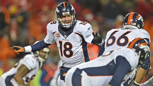 Denver Broncos' quarterback Peyton Manning (18) calls out an audible during a game against the Kansas City Chiefs in Kansas City, Mo., Nov. 30, 2014.