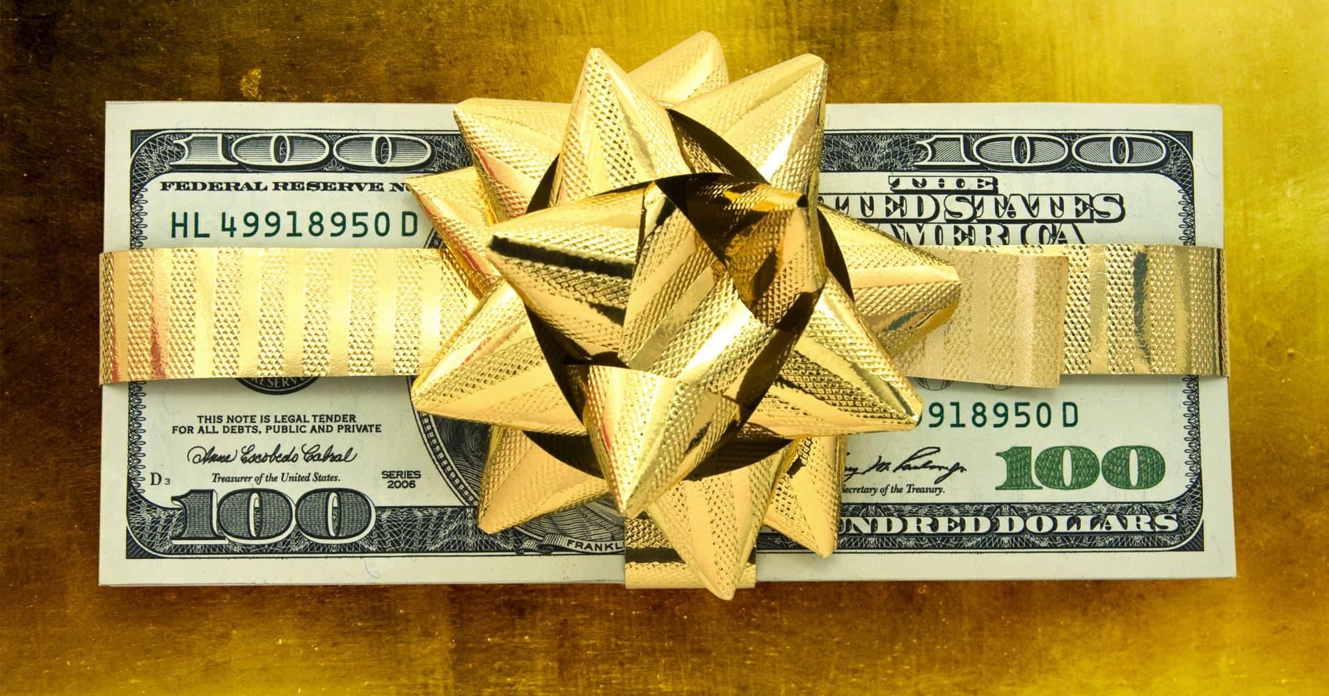 Deutsche Bank board member says staff not quitting over 80 percent bonus cuts