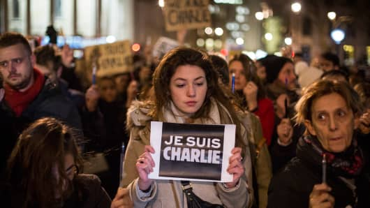 A woman holds a poster reading 'Je suis Charlie' (I am Charlie) during a vigil in Trafalgar Square for victims of the terrorist attack in Paris on January 7, 2015 in London.