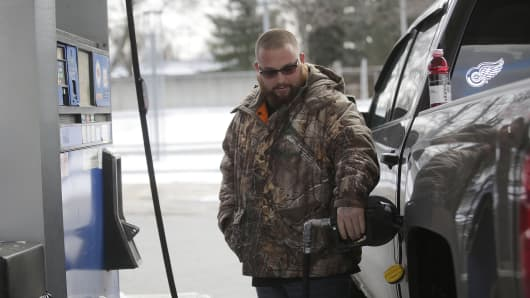 A motorist fills his vehicle with fuel at a Mobil station January 6, 2015 in Livonia, Michigan. Crude oil dropped below $50 a barrel Tuesday making the average regular gallon of gas across the nation $2.194 according to AAA Daily Fuel Gauge Report.