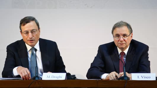 Ignazio Visco, governor of the Bank of Italy, right, and Mario Draghi, president of the European Central Bank (ECB), at a news conference in Naples, Italy, on Thursday, Oct. 2, 2014.
