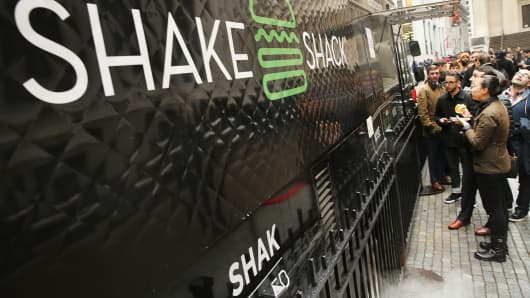 People line up for free Shake Shack hamburgers outside of the New York Stock Exchange (NYSE) during the burger company's IPO on January 30, 2015 in New York City.
