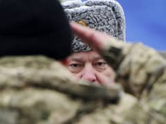 Ukrainian soldier saluting Petro Poroshenko