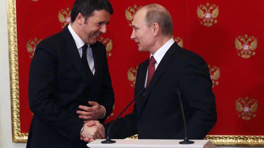 Russian President Vladimir Putin (R) shakes hands with Italian Prime Minister Matteo Renzi.