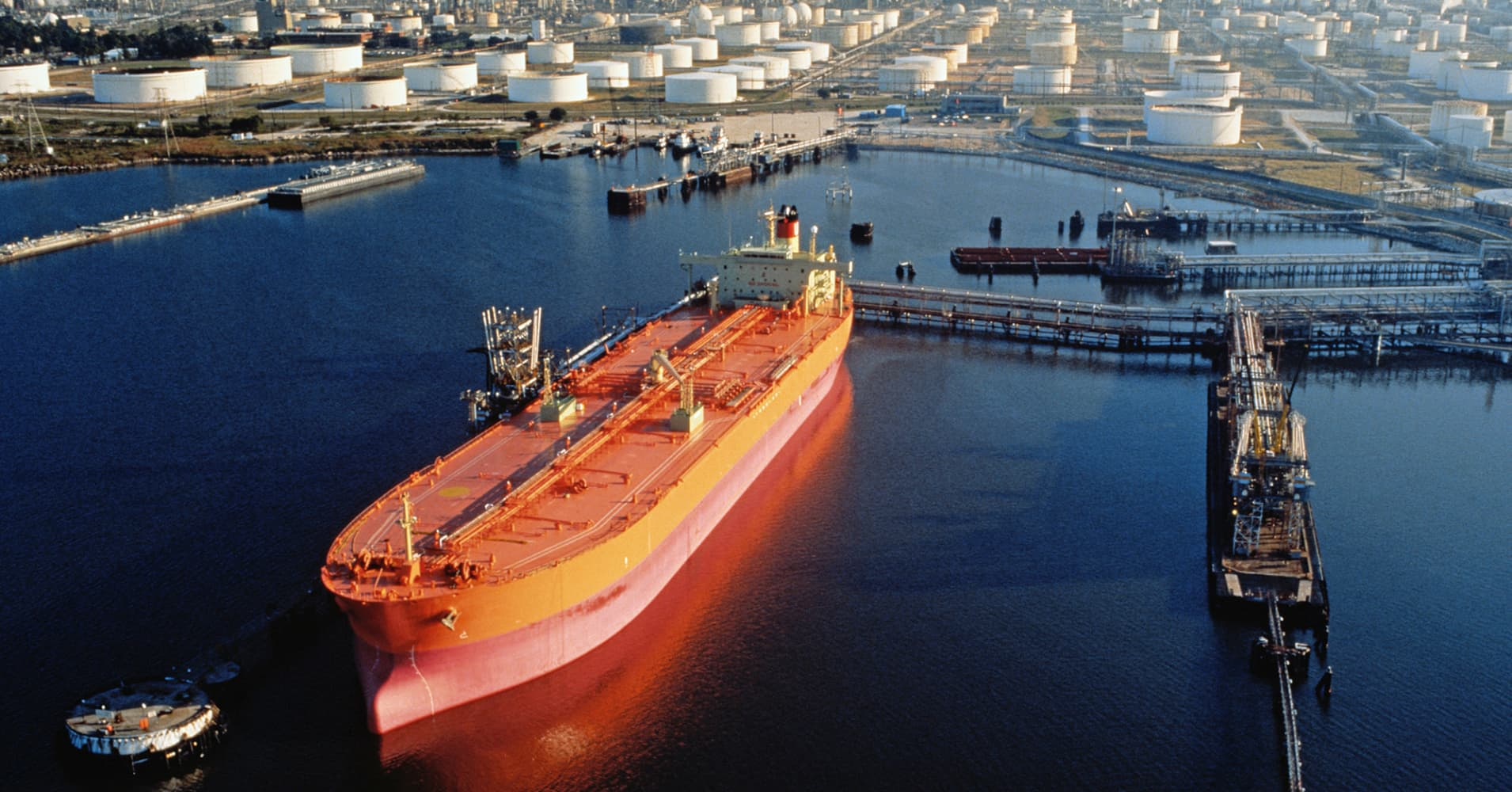 http://fm.cnbc.com/applications/cnbc.com/resources/img/editorial/2015/04/17/102597537-oil-tanker.1910x1000.jpg