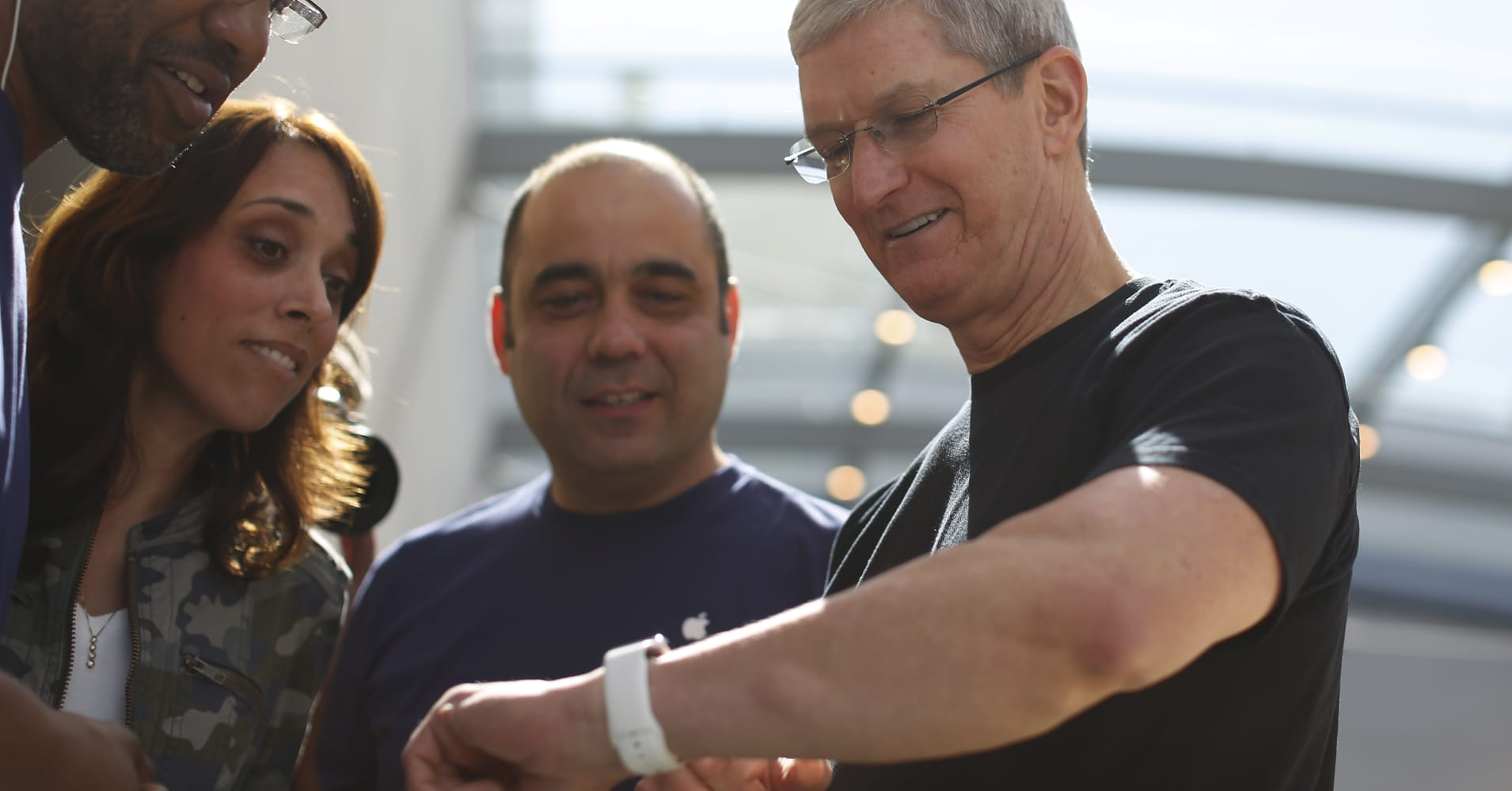 Apple CEO Tim Cook test-drove a device that tracks his blood sugar, hinting at Apple's interest