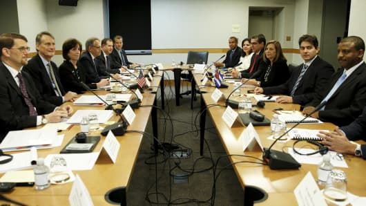 Assistant U.S. Secretary of State for Western Hemisphere Affairs Roberta Jacobson (3rd L) and Josefina Vidal (3rd R), director general of the U.S. division of the Cuban foreign ministry, sit with their delegation at the fourth round of closed talks to re-establish diplomatic relations between the United States and Cuba at the State Department in Washington, May 21, 2015.