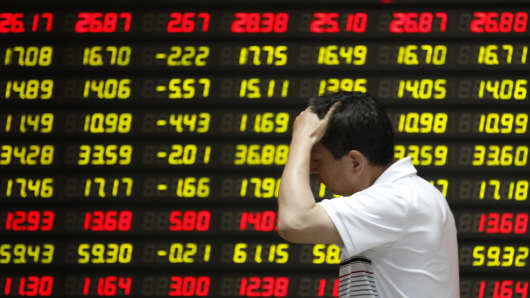 An investor watches the electronic board at a stock exchange hall on May 28, 2015 in Huaibei, China. Chinese shares dropped sharply on Thursday, with The benchmark Shanghai Composite Index lost 321.45 points, or 6.5 percent, to close at 4,620.27 points.