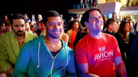 """Rhys Coiro as Billy Walsh, Russell Wilson as himself and Mark Cuban as himself in Warner Bros. Pictures,' Home Box Office's and RatPac-Dune Entertainment's comedy """"Entourage,"""" a Warner Bros. Pictures release."""