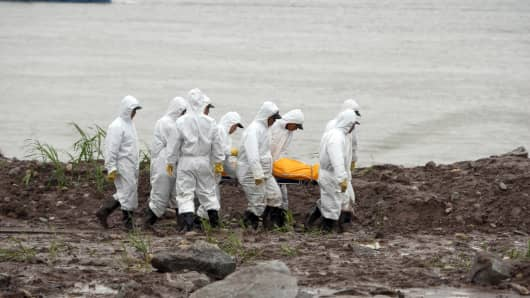 Chinese rescue workers removing the body of a victim from the Chinese cruise ship which capsized in the Yangtze river.