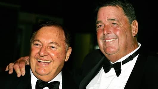 Australian businessman and sailing identity, Alan Bond (left).