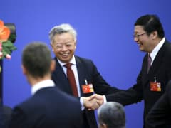 Jin Linqun shaking hands with Lou Jiwei