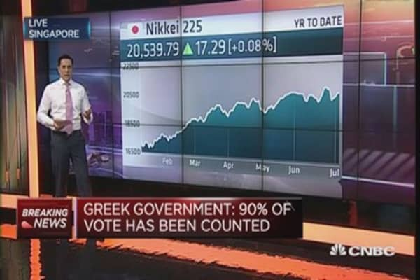 Euro trades lower after Greek vote