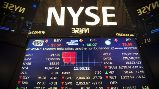 A screen above the floor of the New York Stock Exchange shows when there was a halt in trading in New York, July 8, 2015.