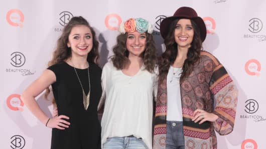 Brooklyn McKnight, Bailey McKnight and Mindy McKnight attend BeautyCon Dallas at Fair Park in March.