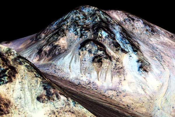 Streaks on the slopes of Mars' surface are formed by water, say scientists.