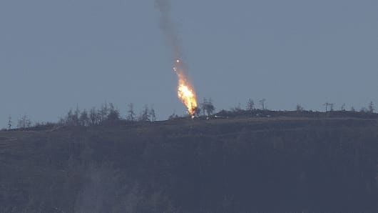 A warplane goes down in Syria's northwestern Turkmen town of Bayirbucak near Turkeys border on November 24, 2015.