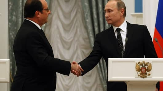 Russian President Vladimir Putin (R) and French President Francois Hollande (L) attend a joint press conference in the Kremlin on November 26, 2015.