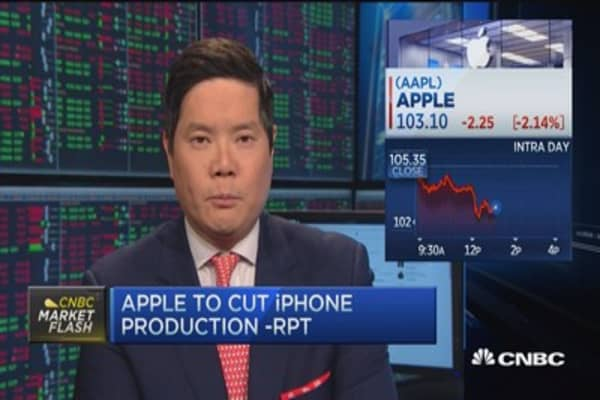 Apple falls 2% on iPhone production cut report