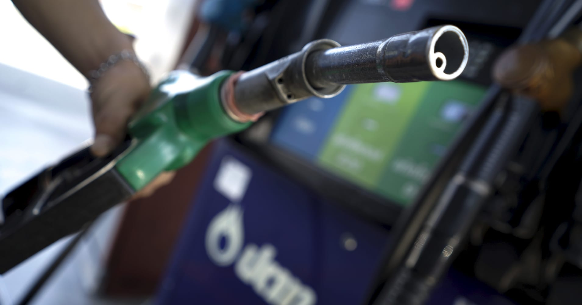 Oil pinned near 5-month low as global oversupply weighs